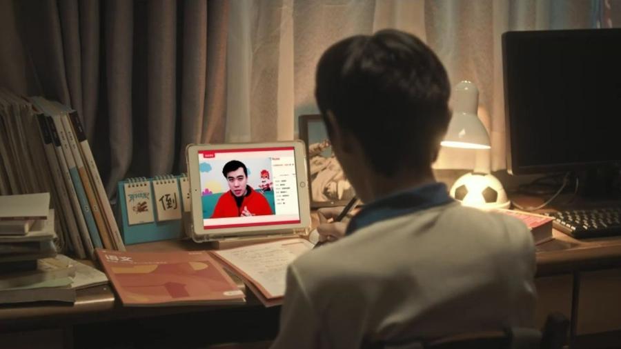 Jovem acompanha aula online em cena de anúncio da Gaotu - Reprodução/ ir.gaotu.cn