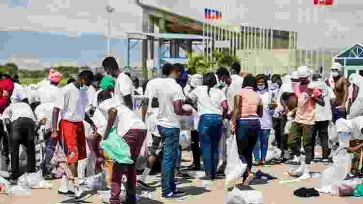 Pessoas deportadas para Porto Príncipe foram forçadas a buscar seus pertences no chão após chegarem ao Haiti - Reuters - Reuters