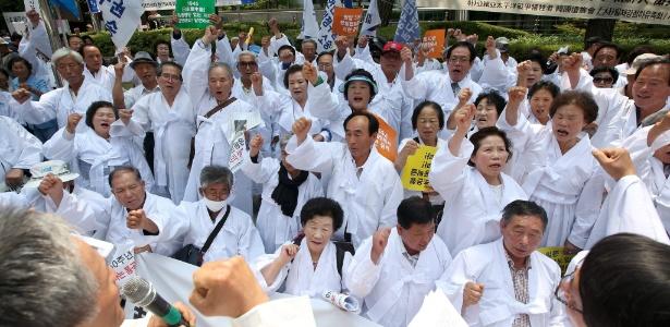 22.jun.2015 - Membros da Associação de Vítimas da Guerra do Pacífico gritam palavras de ordem durante protesto que marca os 50 anos de normalização das relações entre Coreia do Sul e Japão