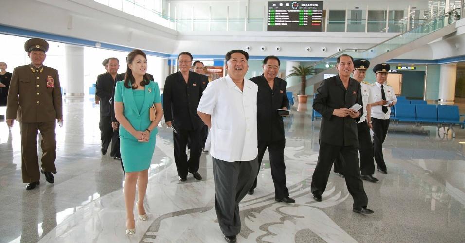 26.jun.2015 - Acompanhado da mulher, Ri Sol-Ju, o líder da Coreia do Norte, Kim Jong-un, inspeciona o novo terminal do Aeroporto Internacional de Pyongyang, finalizado recentemente. O local, que foi parcialmente demolido e reconstruído por ordem do ditador, deve ser aberto no dia 1º de julho, de acordo com a agência oficial KCNA