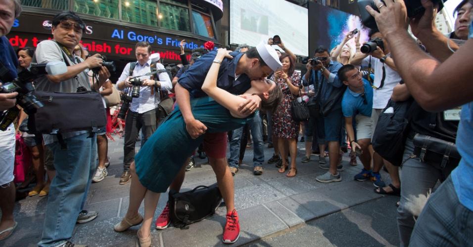 14.ago.2015 - Oscar Gifford e Alessandra Piani se beijam durante