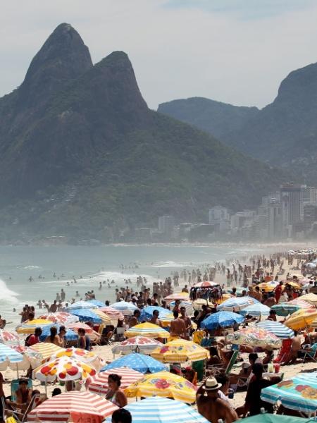 """Praia de Ipanema: reino da """"altinha"""", do funk e do mate - José Lucena/Futura Press/Estadão Conteúdo"""
