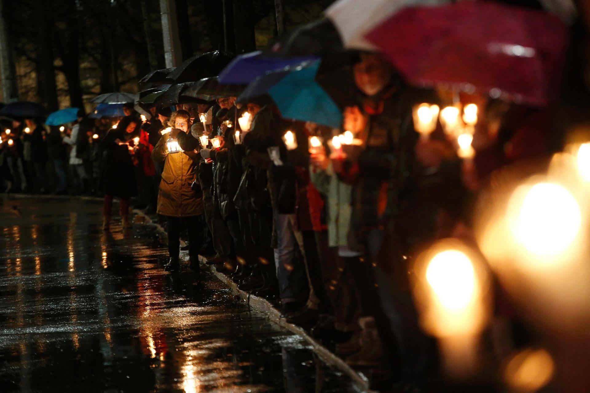 11.jan.2016 - Manifestantes que se opõem a um movimento que pede o fim da