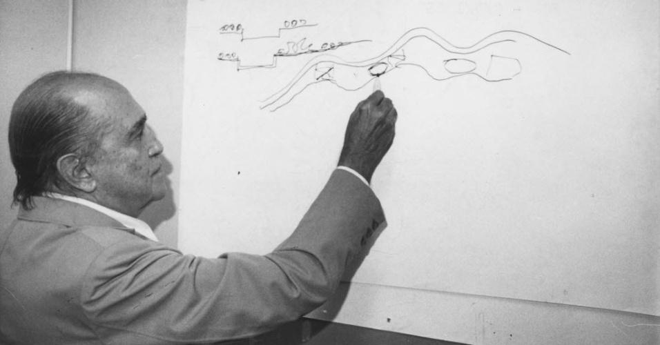 """3.abr.1986 - Niemeyer propôs a desapropriação de 18 km ao longo do rio, da Vila Anastácio até a Penha, o desvio da marginal Tietê e a criação de um ?imenso jardim"""" para tornar a várzea mais permeável, o que ajudaria a combater os efeitos das enchentes do rio. Nos dez milhões de metros quadrados da área, seriam instalados equipamentos de lazer, dois setores residenciais, dois de escritórios, um centro cívico-administrativo e outro cultural"""