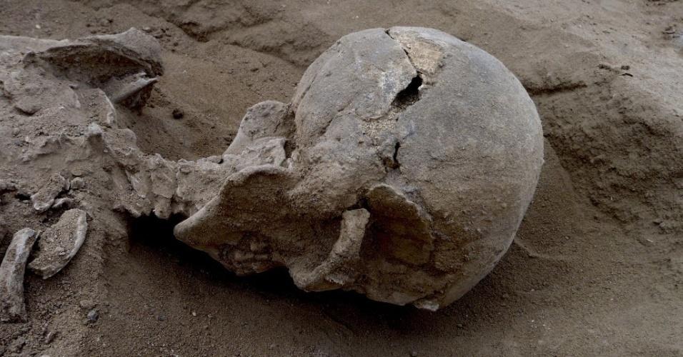Imagem mostra crânio com traços de afundamento, encontrado perto do lago Turkana, no Quênia, em um local chamado Nataruk. Cientistas afirmaram que o esqueleto corresponde a evidência mais antiga de uma guerra. O fóssil faz parte de um grupo de pessoas massacradas, mortas por ataques de flecha e lâminas de pedra há cerca de 10 mil anos