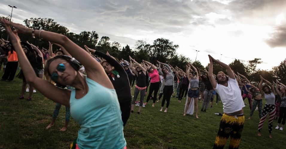4.fev.2016 - A nova mania urbana de Johanesburgo, na África do Sul, é ir aos parques nas primeiras horas da manhã, com fones de ouvido, para fazer ioga e dançar em silêncio antes de ir trabalhar ou estudar. Na foto, mais de 300 pessoas participam da sessão de ioga que acontece antes do ?baile? silencioso, chamado de Secret Sun Rise (Amanhecer secreto, em tradução livre). O evento tem o objetivo de estimular um jeito menos reservado de viver