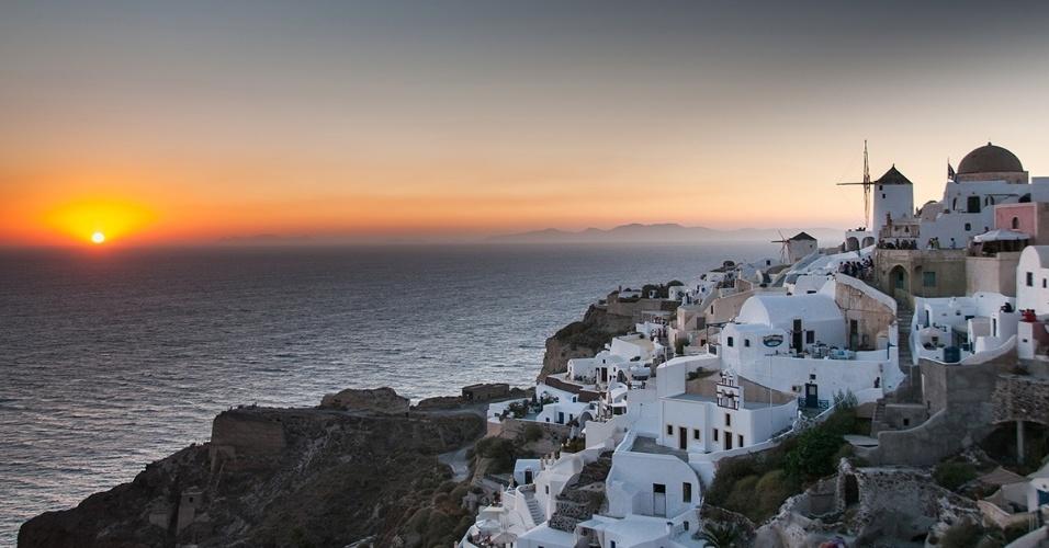 29.fev.2016 - O pôr do sol em Oia, na ilha de Santorini, Grécia. A charmosa arquitetura da vila e a vista do mar fazem do local passagem de inúmeros turistas