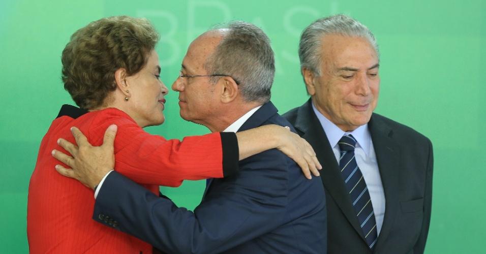 2.mar.2016 - A presidente Dilma Rousseff cumprimenta Paulo Hartung (PMDB), governador do ES, ao lado do vice-presidente Michel Temer durante a assinatura de Termo de Ajustamento de Conduta entre a União, os estados de Minas Gerais e do Espírito Santo e a Samarco Mineradora