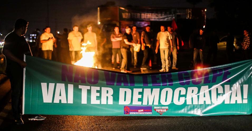 15.abr.2016 -  Manifestantes contrários ao impeachment da presidente Dilma Rousseff bloqueiam a BR 277 em Curitiba, sentido Campo Largo, durante a madrugada. Os deputados federais começam a analisar no plenário da Câmara, na manhã desta sexta-feira (15), se abrem ou não o processo de impeachment