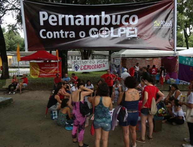 16.abr.2016 - Manifestantes pró-Dilma seguem em vigília na Praça do Derby, no centro do Recife. Eles prometem ficar acampados no local, promovendo eventos culturais e políticos, até o final da votação do processo do impeachment na Câmara, marcada para domingo (17)