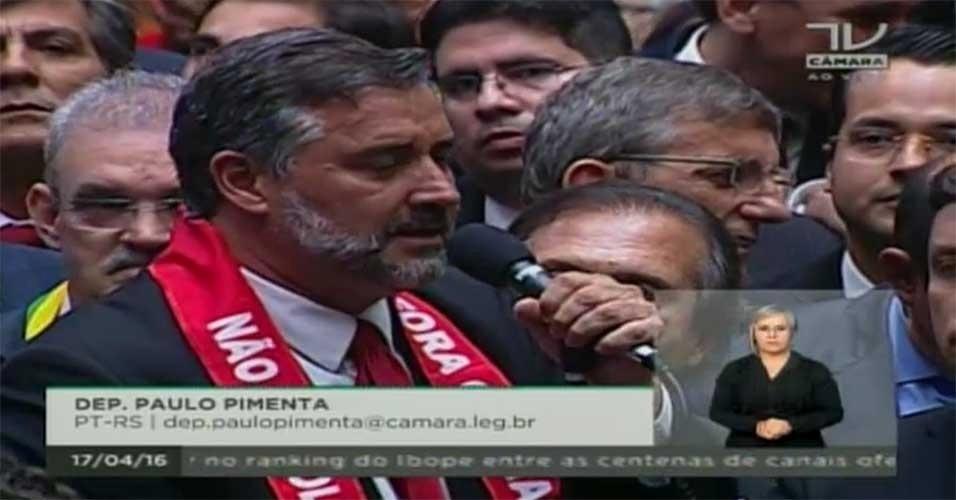 """17.abr.2016 - Com uma faixa """"fora Cunha"""" em seus ombros, protestando contra o presidente da Câmara dos Deputados, Eduardo Cunha, Paulo Pimenta (PT-RS), vota """"não"""" ao impeachment de Dilma Rousseff"""