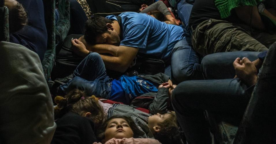 """19.abr.2016 - Imigrantes embarcam em um trem com destino a Viena, Áustria, depois de sair da estação Keleti, em Budapeste, em 2 de setembro de 2015. Mauricio Lima, Sergey Ponomarev, Tyler Hicks e Daniel Etter do jornal """"The New York Times"""" ganharam o Prêmio Pulitzer com uma série de fotos sobre refugiados na Europa"""