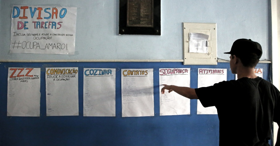 20.abr.2016 - Estudante confere as listas de divisões de tarefas da ocupação do Colégio Estadual Amaro Cavalcanti, na zona sul do Rio