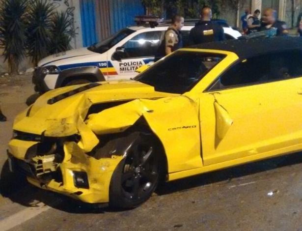 4.mai.2016 - Dois assaltantes bateram no Anel Rodoviário de Belo Horizonte um Camaro roubado na noite dessa terça-feira. Segundo a Polícia Militar, a dupla provocou ainda a capotamento de outro veículo. A dona do carro que capotou teve ferimentos leves e precisou ser levada para o hospital. Os suspeitos foram presos