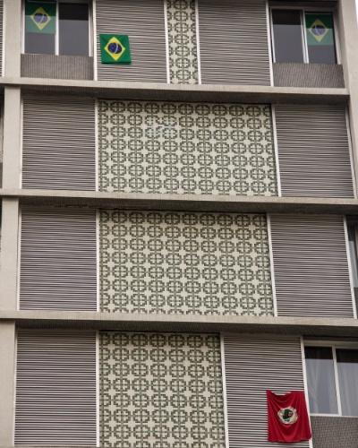 12.mai.2016 - Bandeiras do Brasil, que se tornou símbolo dos manifestantes pró-impeachment da presidente Dilma Rousseff, e uma bandeira do MST (Movimento dos Trabalhadores Rurais Sem-Terra), que apoia a presidente, são colocadas em prédio na região da avenida Paulista, em São Paulo. Dilma foi afastada do cargo pelo Senado, que aprovou a abertura do processo de impeachment. O vice-presidente Michel Temer assume o governo interinamente