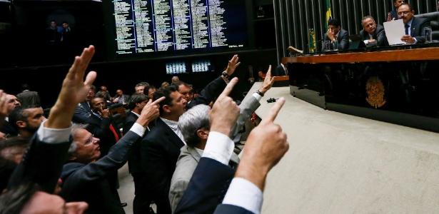 Deputados foram à tribuna da Câmara pedir a renúncia do presidente interino Waldir Maranhão (PP-MA), à direita na foto