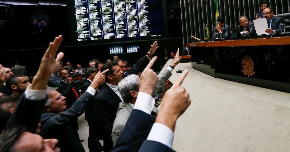 """17.mai.2016 - Deputados de vários partidos foram à tribuna da Câmara dos Deputados pedir a renúncia do presidente interino Waldir Maranhão (PP-MA), à direita na foto. O substituto de Eduardo Cunha (PMDB-RJ) encerrou a sessão aos gritos de """"fora, fora"""". Maranhão chegou a anular a votação do impeachment da presidente Dilma Rousseff, mas voltou atrás"""