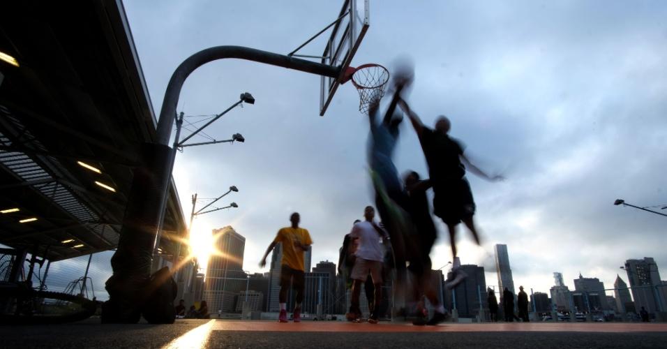 3.jun.2016 - Jovens jogam basquete em parque de Nova Iorque