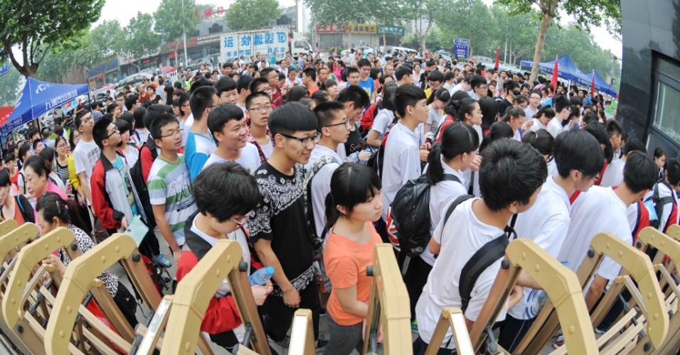 7.jun.2016 - Na cidade de Xingtai, na China, candidatos aguardam para entrar no local onde farão a prova nacional de conclusão do ensino médio. O exame é pré-requisito para admissão em universidades do país