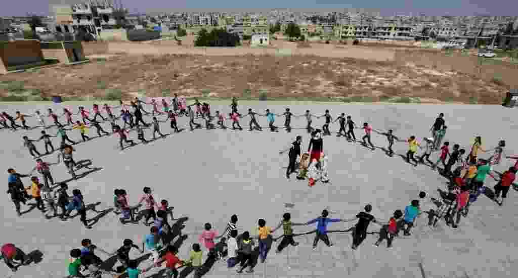 Os mais de cinco anos da guerra na Síria tiraram milhões de crianças de suas casas e suas cidades. O conflito, que hoje envolve diversas forças, incluindo o Estado Islâmico, compromete o acesso de toda uma geração à educação. Escolas foram destruídas em várias regiões e os professores tentam se virar para dar aula a seus alunos em condições precárias - Khalil Ashawi/Reuters