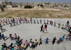 Em cavernas: o esforço das crianças para frequentar a escola durante guerra na Síria - Khalil Ashawi/Reuters