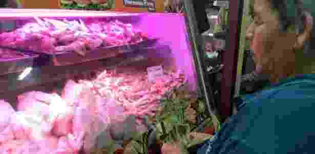 Açougueiros não costumam mais vender frangos inteiros devido à crise na Venezuela - Daniel Pardo/BBC Mundo - Daniel Pardo/BBC Mundo