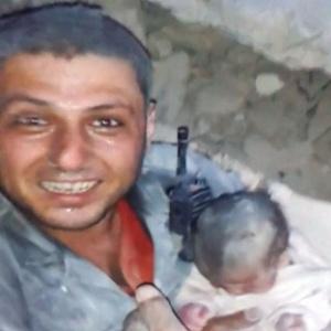 Voluntário resgatou bebê de menos de um mês de idade dos escombros de uma casa destruída por um bombardeio em Aleppo