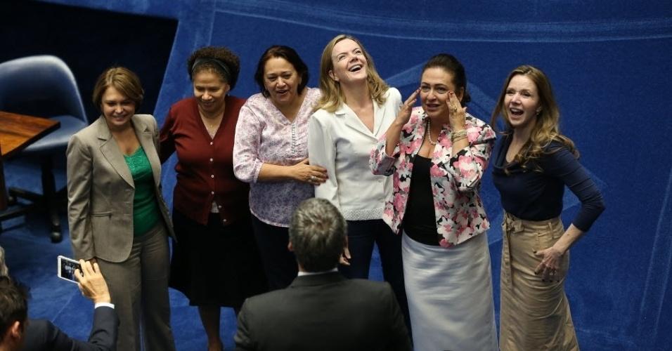27.ago.2016 - Senadoras que apoiam Dilma Rousseff se reúnem durante o intervalo da sessão do Senado que julga o processo de impeachment da presidente afastada, acusada de promover pedaladas fiscais. Da esq. para dir.: Angela Portela (PT-RR), Regina Souza (PT-PI), Fatima Bezerra (PT-RN), Gleisi Hoffmann (PT-PR), Katia Abreu (PMDB-TO) e Vanessa Grazziottin (PCdoB-AM)