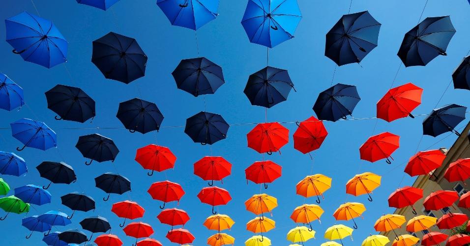 1.set.2016 - Guarda-chuvas coloridos decoram Dorner Platz (praça Dorner), em Viena, na Áustria