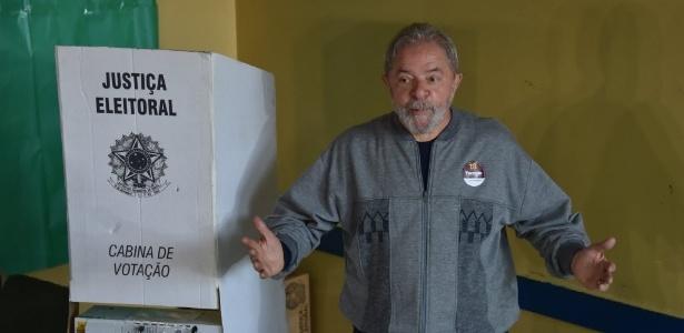2.out.2016 - O ex-presidente Luiz Inácio Lula da Silva (PT) vota em escola de São Bernardo do Campo, na Grande São Paulo