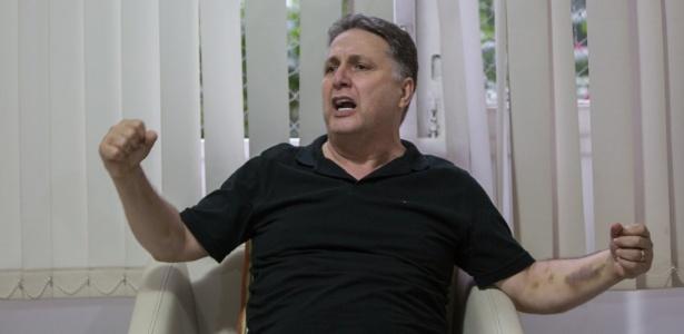 O ex-governador do Rio, Anthony Garotinho em seu apartamento