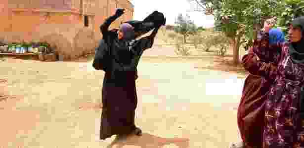Souad Hamidi tira o véu que era obrigada a usar pelo Estado Islâmico - Rodi Said/Reuters