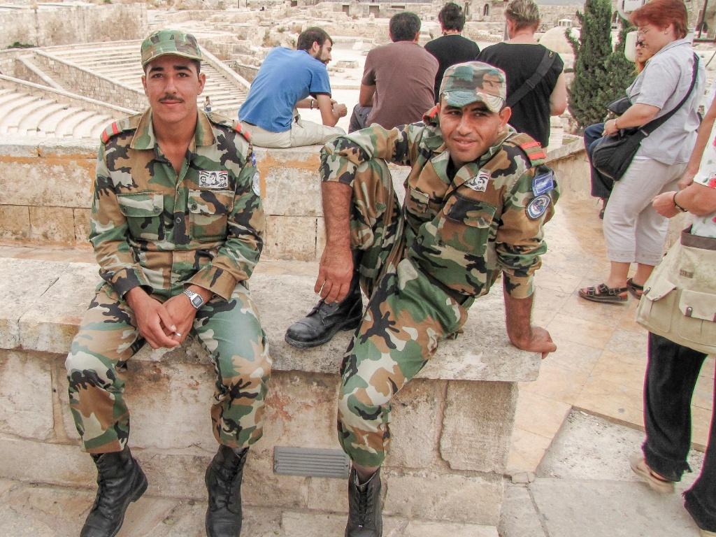 Soldados do Exército sírio pré-guerra posam para foto na Cidadela medieval. Muitos dos soldados se rebelaram contra o regime de Assad e se juntaram aos rebelde, foram mortos ou fugiram para tentar refúgio na Europa, no Líbano e na Turquia
