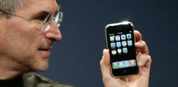 Steve Jobs apresenta o iPhone 2G ao mundo em janeiro de 2007 - Kimberly White/Reuters