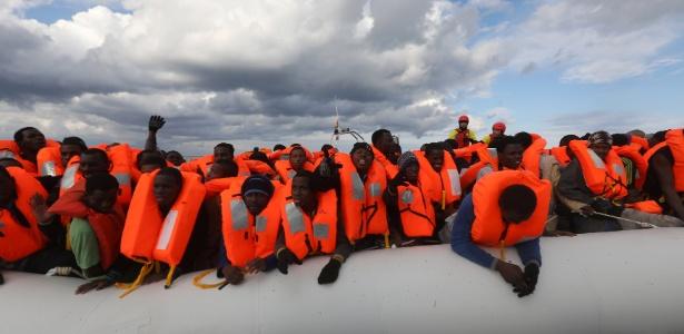 Imigrantes são resgatados no mar Mediterrâneo próximo à costa da Líbia