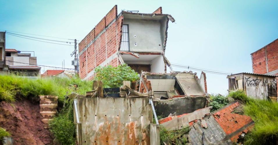 26.jan.2017 - Desabamento de casa em Santo André (ABC paulista), próximo à divisa com Mauá (SP)