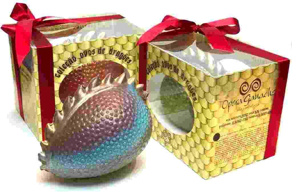 """Inspirado na série """"Game of Thrones nos filmes"""" e """"Harry Potter"""" e """"Como Treinar o seu Dragão"""", o confeiteiro Rafael Barros, 41, da Opera Ganache, em São Paulo, criou um ovo de Páscoa de dragão (foto). A peça pesa 500g, custa R$ 185 e é a mais cara comercializada na loja - Rodrigo Montini/Divulgação"""