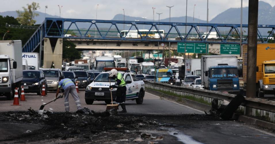 2.mai.2017 - Homens mascarados atearam fogo em ônibus. Ao menos cinco ônibus foram incendiados em vias de acesso ao município do Rio de Janeiro na manhã desta terça-feira, o que levou o Centro de Operações do Rio de Janeiro (COR) a decretar estado de atenção na cidade