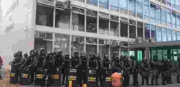 Oficiais da Força Nacional cercam o Ministério da Fazenda após o prédio ser atingido por manifestantes durante protesto em Brasília - Jessica Nascimento/UOL