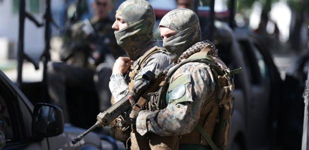 10.jul.2017 - Policial do Bope participa de operação na Cidade de Deus