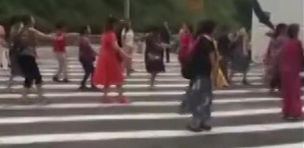 Após o ônibus quebrar os passageiros entediados foram dançar no acostamento da rodovia