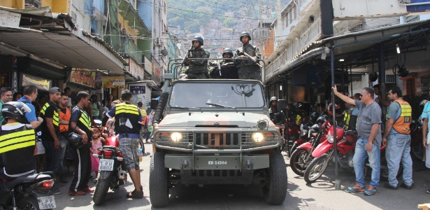 23.set.2017 - Mototaxistas observam movimentação de tropas do Exército em um dos acessos à Rocinha