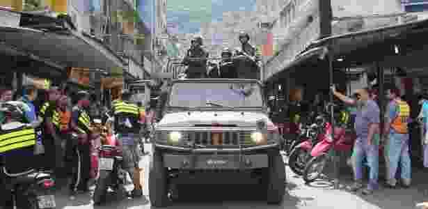 23.set.2017 - Militares do Exército são vistos durante operação na comunidade da Rocinha na zona-sul do Rio de Janeiro na manhã deste sábado (23)  - Marcos Arcoverde/Agência Estado
