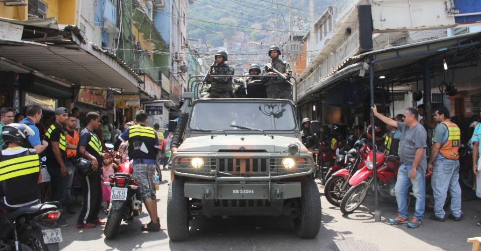 23.set.2017 - Militares do Exército são vistos durante operação na comunidade da Rocinha, em São Conrado, zona sul do Rio de Janeiro, na manhã deste sábado (23). Novamente a favela registrou tiroteios durante a madrugada