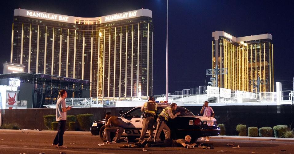 1º.out.2017 - Polícia se protege após um atirador abrir fogo contra um festival de música em Las Vegas; identificado como Stephen Paddock, o homem atirou a partir do 32º andar do hotel Mandalay Bay