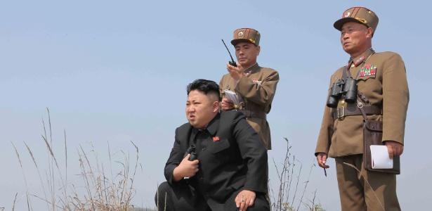 24.abr.2014 - O líder norte-coreano Kim Jong-un (de preto) acompanha treinamento militar em foto divulgada pela agência oficial KCNA