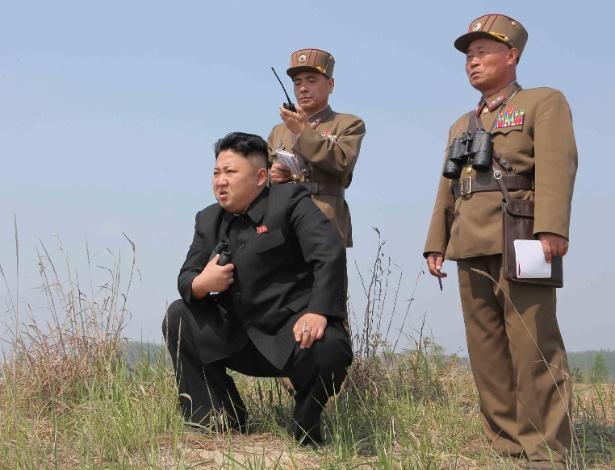 O líder norte-coreano Kim Jong-un (de preto) acompanha treinamento militar em foto divulgada pela agência oficial KCNA