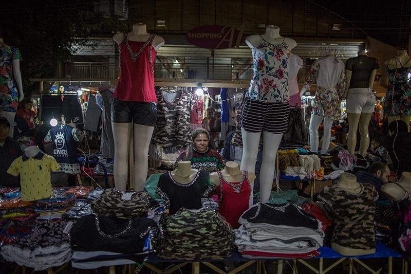 28.nov.2017 - A brasileira Maria Aparecida Ferreira já teve uma oficina com 12 costureiras que produziam para a Daslu. Hoje só tem uma funcionária e vende sua produção nas ruas do Brás