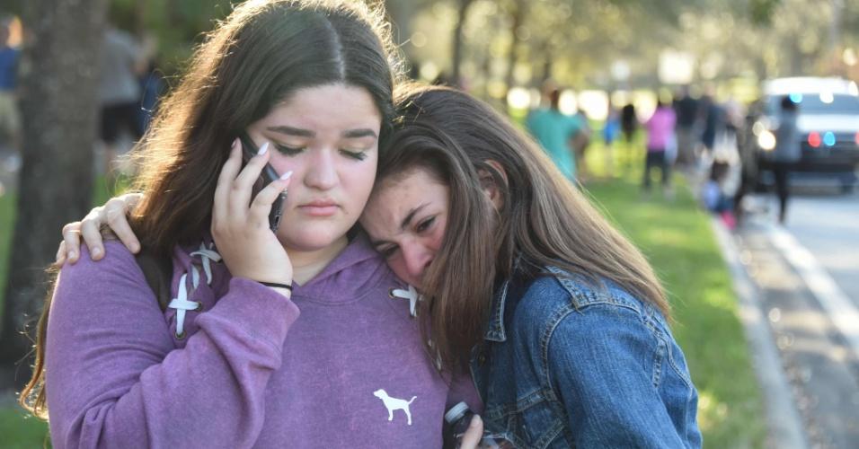 14.fev.2018 - Estudantes reagem após ataque a tiros em escola da Flórida, nos EUA