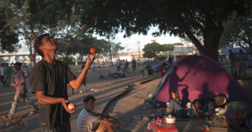 25.fev.2018 - Refugiado pratica malabarismo dentro do campo de refugiados improvisado na praça Simão Bolívar em Boa Vista, Roraima